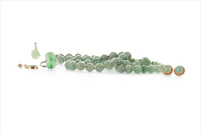 Lot 304-A LOT OF GREEN HARDSTONE SET JEWELLERY