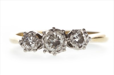 Lot 344 - A DIAMOND THREE STONE RING