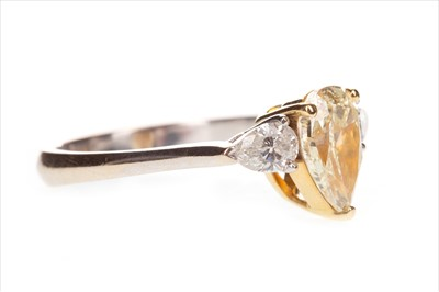 Lot 864-A YELLOW AND WHITE DIAMOND RING