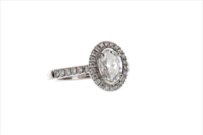 Lot 401 - A DIAMOND DRESS RING