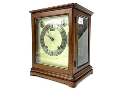 Lot 1130 - AN EARLY 20TH CENTURY MAHOGANY MANTEL CLOCK