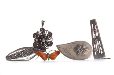 Lot 372-A LOT OF SILVER AND PEWTER JEWELLERY