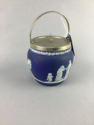 Lot 3-AN EARLY 20TH CENTURY WEDGWOOD JASPERWARE BISCUIT BARREL