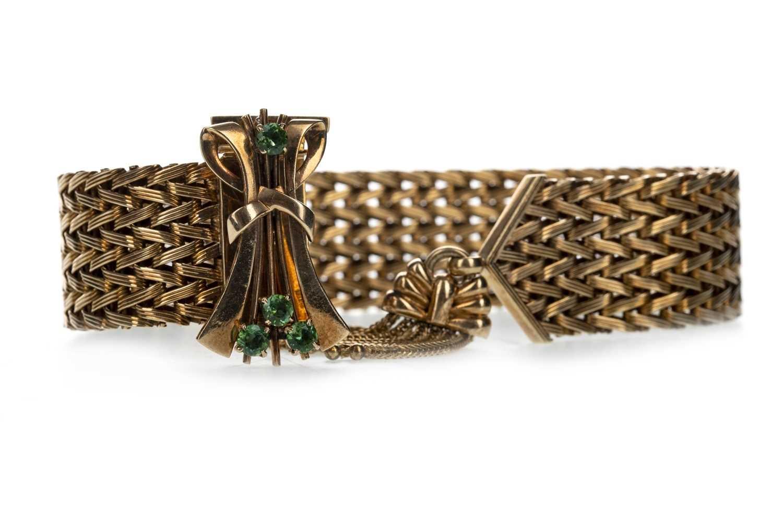 Lot 309-A GOLD BRACELET WITH GREEN GEM SET CLASP