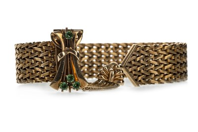 Lot 309 - A GOLD BRACELET WITH GREEN GEM SET CLASP