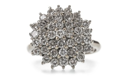Lot 343 - A DIAMOND CLUSTER RING