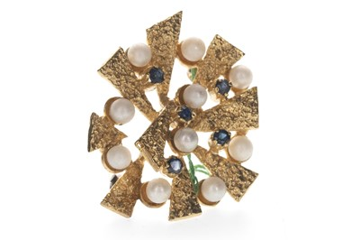 Lot 350 - A BLUE GEM SET AND PEARL BROOCH