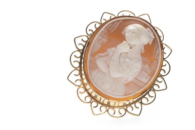 Lot 353 - CAMEO BROOCH