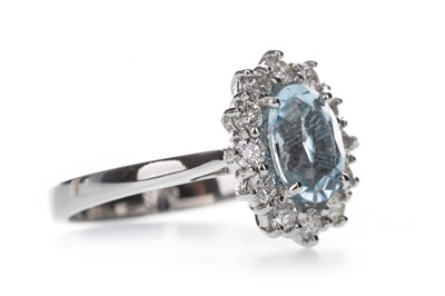 Lot 374 - AN AQUAMARINE AND DIAMOND RING