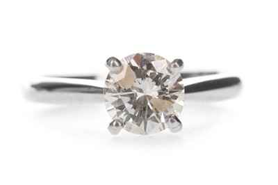 Lot 407 - A DIAMOND SOLITAIRE RING