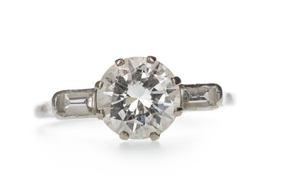 Lot 413 - A DIAMOND SOLITAIRE RING