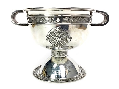Lot 409-AN EARLY 20TH CENTURY TWIN HANDLED SILVER TROPHY CUP