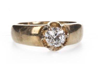 Lot 802 - A DIAMOND SOLITAIRE RING