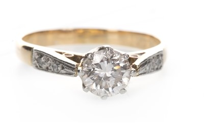 Lot 807 - A DIAMOND SOLITAIRE RING