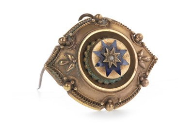 Lot 813 - A VICTORIAN MOURNING BROOCH