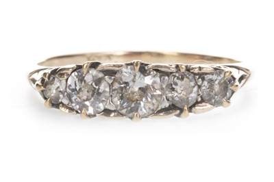 Lot 821 - A DIAMOND FIVE STONE RING