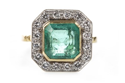 Lot 827 - AN IMPRESSIVE GREEN GEM SET AND DIAMOND RING
