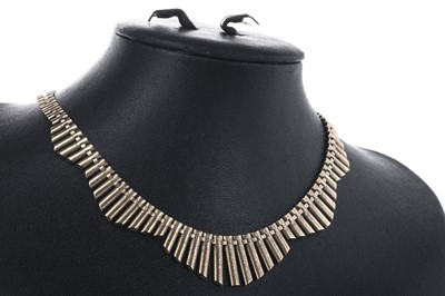 Lot 831 - A GOLD FRINGE NECKLACE