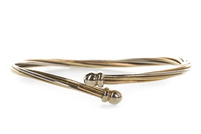 Lot 840 - A TWIST BANGLE