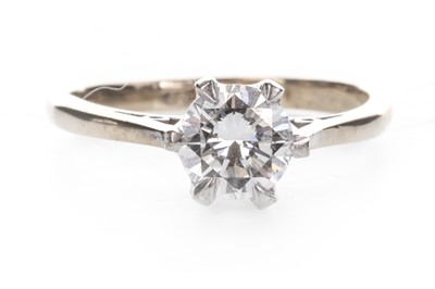Lot 854 - A DIAMOND SOLITAIRE RING