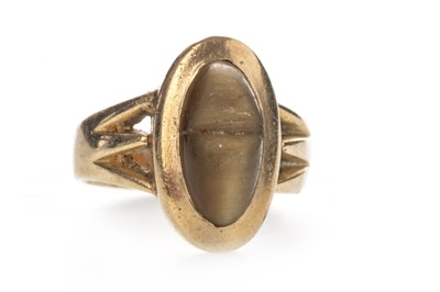 Lot 871 - A BROWN GEM SET DRESS RING