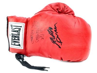 Lot 1751 - AN EVERLAST BOXING GLOVE SIGNED BY ROBERTO DURAN AND DAVID TUA