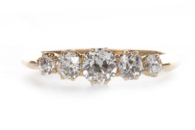 Lot 918 - A DIAMOND FIVE STONE RING