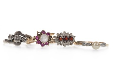 Lot 927 - A DIAMOND THREE STONE RING AND THREE GEM SET RINGS