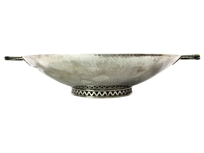 Lot 454 - AN EARLY 20TH CENTURY HAMMERED SILVER BOWL