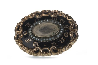 Lot 1345 - A VICTORIAN MOURNING BROOCH