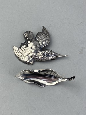 Lot 23-A STERLING SILVER BROOCH MODELLED AS A BIRD AND A LEAF SHAPED BROOCH