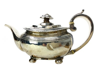 Lot 475 - AN EARLY 19TH CENTURY SILVER TEAPOT