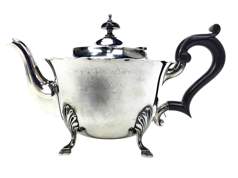 Lot 490 - AN EARLY 20TH CENTURY SILVER TEA POT