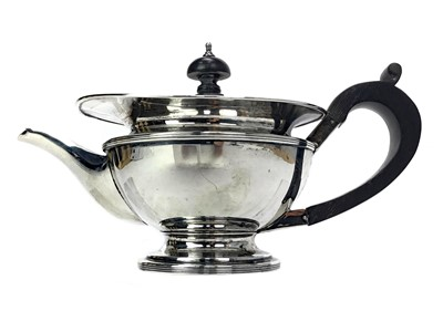 Lot 491 - AN EARLY 20TH CENTURY SILVER TEAPOT