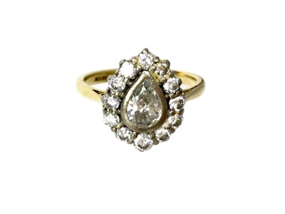 Lot 419 - A DIAMOND CLUSTER RING