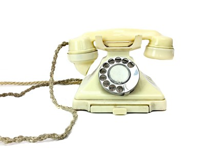 Lot 1124-A VINTAGE CREAM BAKELITE TELEPHONE