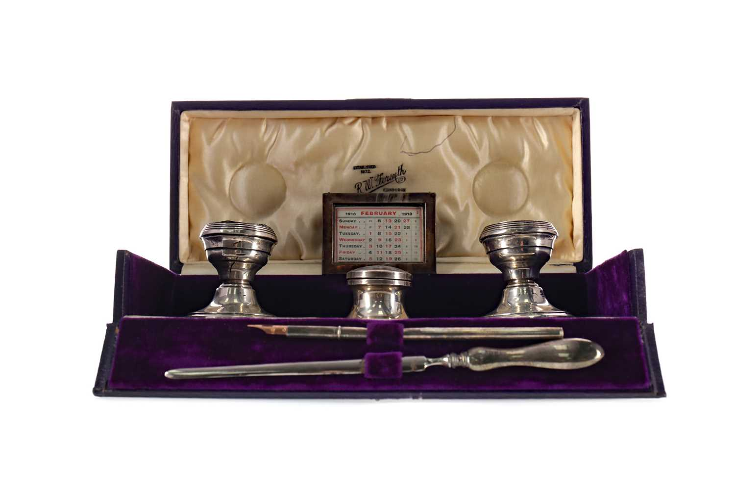 Lot 413 - AN EARLY 20TH CENTURY SILVER DESK SET IN A FITTED CASE