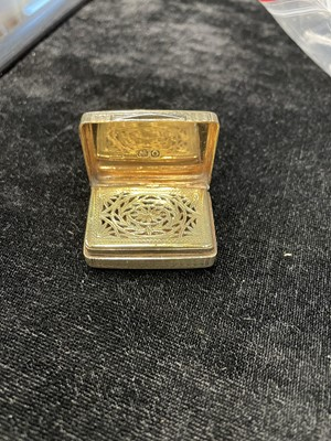 Lot 429 - A GEORGE III SILVER VINAIGRETTE