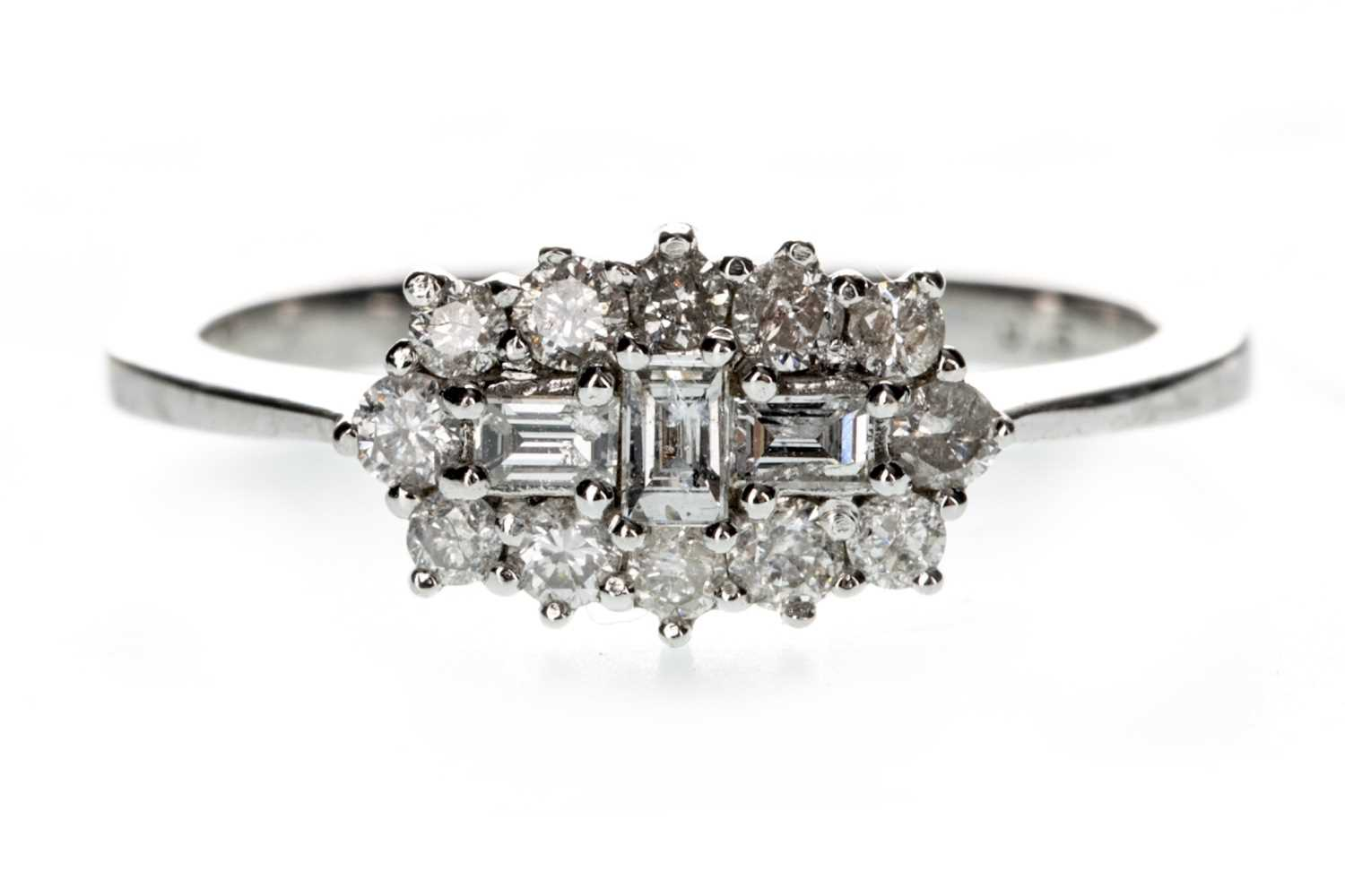 Lot 1314 - A DIAMOND CLUSTER RING