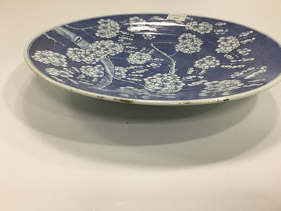 Lot 828 - A CHINESE BLUE AND WHITE CHARGER