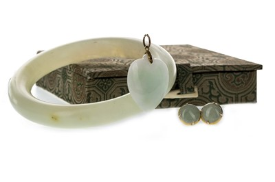 Lot 1323 - A GREEN HARDSTONE BANGLE, PENDANT AND PAIR OF EARRINGS