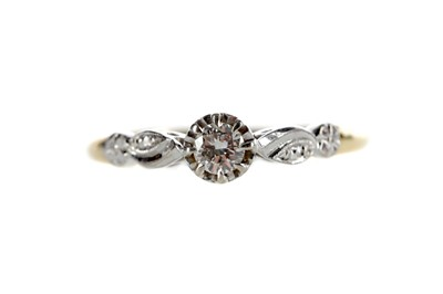 Lot 325 - A DIAMOND SOLITAIRE RING
