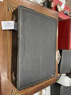 Lot 490 - AN EARLY 20TH CENTURY CASED SILVER CRUET SET