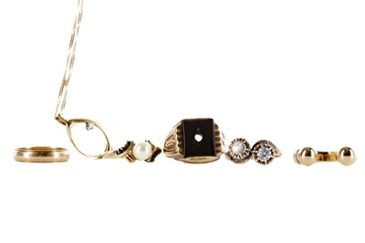 Lot 323 - A DIAMOND PENDANT, FOUR RINGS AND A PARTIAL RING