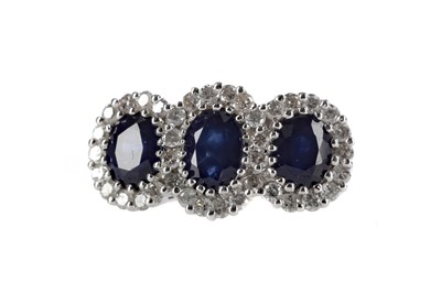Lot 386 - A SAPPHIRE AND DIAMOND RING