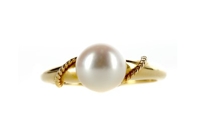 Lot 390 - A PEARL RING