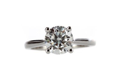 Lot 424 - A DIAMOND SOLITAIRE RING