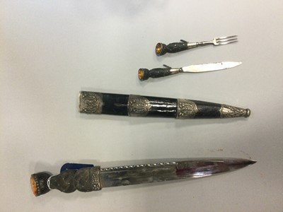 Lot 1622 - A VICTORIAN SILVER MOUNTED DIRK