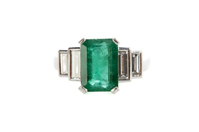 Lot 1308 - AN EMERALD AND DIAMOND RING