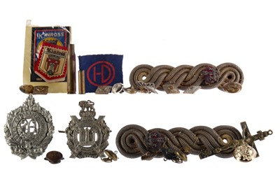 Lot 1639 - A KING'S OWN SCOTTISH BORDERERS CAP BADGE ALONG WITH ANOTHER CAP BADGE AND BUTTONS
